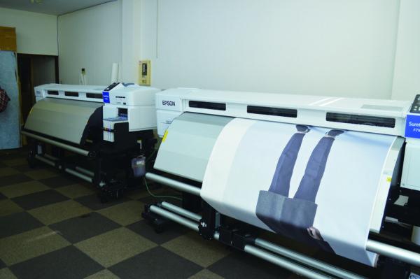 エムワイの転写工場へ導入した2 台の「SC-F7100」。