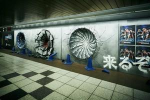 """〈2019.2.20〉新宿駅でジャンプヒーローがバトル!?コンクリート壁を撃ち抜く""""謎の穴""""が出現!"""