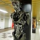 円柱からターミネーターが降臨する、驚異の立体広告が東京メトロ新宿駅に出現!