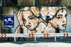 街中のストリートアートが突如イヤホンを装着!東京都内のストリートアートを広告モデルに起用した「#アートになるイヤホン」